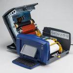 Загрузка лент, этикеток и риббонов в принтер BBP85 осуществляется всегда быстро и правильно, исключает ошибку.