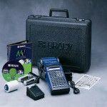 gws250380 Базовый  комплект поставки: Принтер HandiMark с английской клавиатурой;- Программное обеспечение MarkWare; Кейс для переноски жесткий; Аккумулятор в упаковке; Адаптер переменного тока/Зарядное устройство; Кабель USB; Руководство по эксплуатации; Риббон черного цвета; Рулон материала;