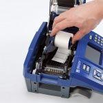 Процесс  загрузки рулона этикеток внутрь принтера BMP71 Brady